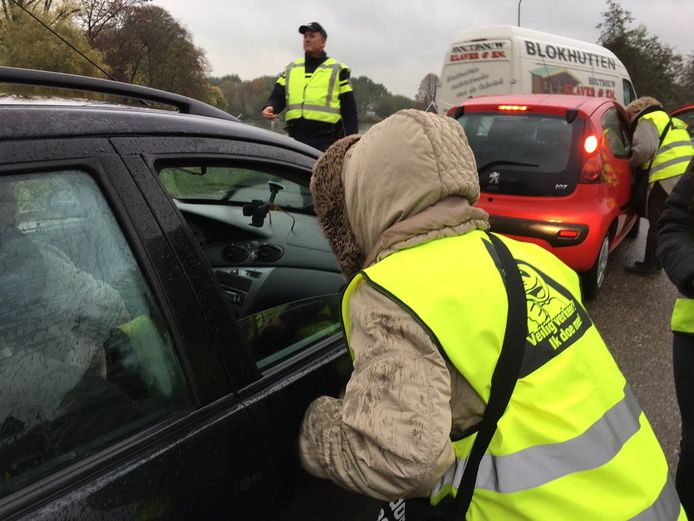 Omwonenden van bekende sluiproutes spraken 'snelwegmijders' eerder aan tijdens een actie in Oud-Alblas.