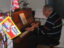 Hans Zoetbrood speelt Sinterklaasliedjes op pakjesavond.