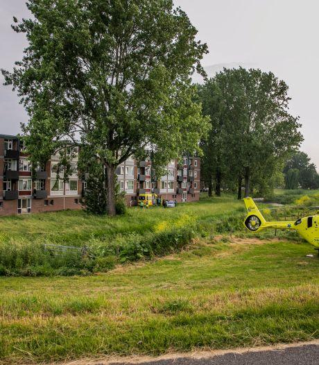 Traumahelikopter landt naast flat in Arnhem; 'kind uit raam gevallen'
