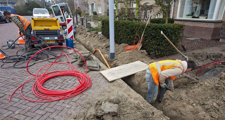 Dit beeld is de komende jaren op veel plekken in Nederland terug te zien: KPN en ABP investeren nog eens extra in de aanleg van glasvezel buiten de steden. Beeld ANP