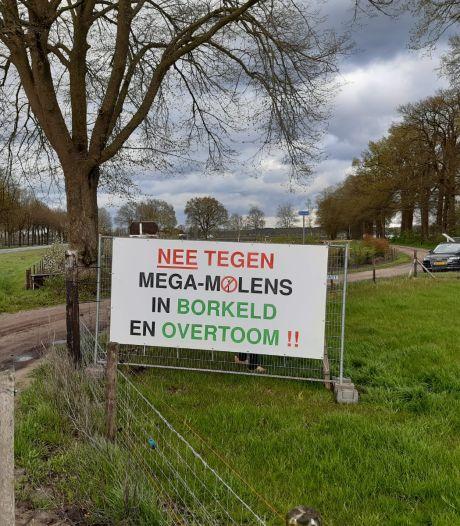 Spandoeken opgehangen tegen windmolens in Rijssen en Holten