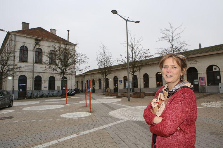 Katrien Partyka aan het station van Tienen.