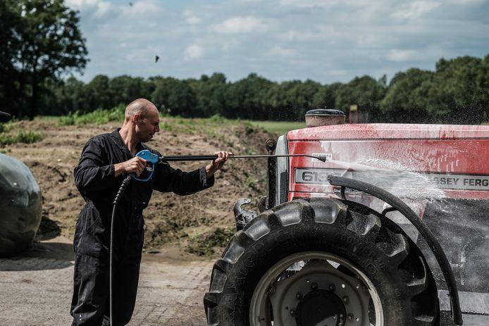 Herbert te Selle maakt zijn trekker schoon. Morgen rijdt hij mee in een proteststoet van boeren.