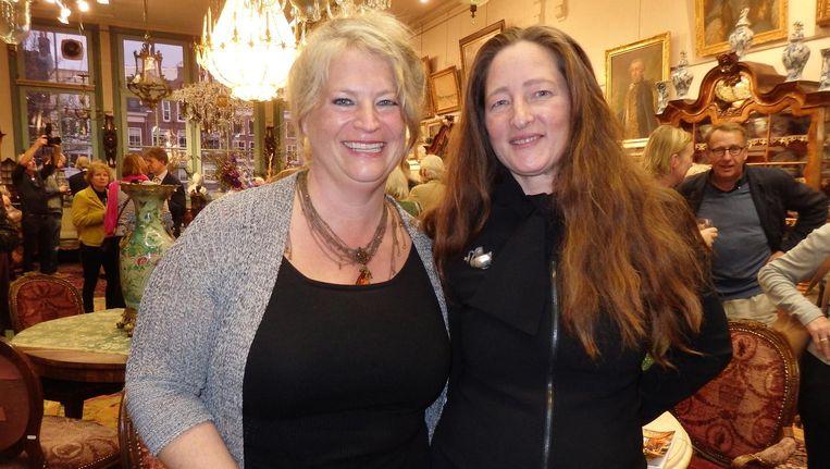 Eigenaar Babette van den Brink (r) en general manager Julia de Jong: 'Iedereen kent elkaar van de straat en nu ontmoet je elkaar, met een glas wijn in de hand' Beeld Hans van der Beek