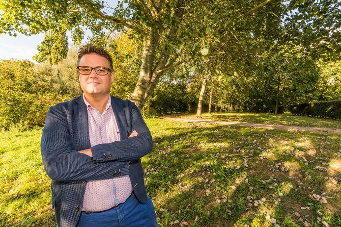 Sonny Ghesquière achteraan de parkbegraafplaats in Wervik waar eventueel een crematorium komt.