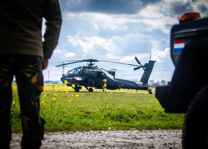 Een apache-helikopter moest vanmorgen een voorzorgslanding maken in Strijen.