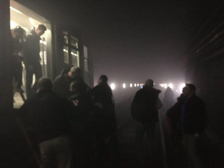 Een foto op Twitter toont passagiers die een metro verlaten tussen de stations Arts-Lois en Maalbeek. Beeld epa