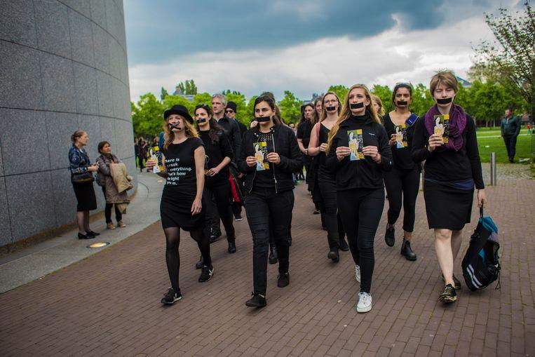 De onaangekondigde 'performance' van Fossielvrij NL op 14 april 2017 bij het Amsterdamse Van Gogh Museum. Beeld Nederlandse Freelancers