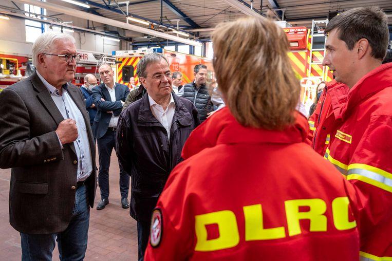 Laschet (m.) hier naast Duits president Frank-Walter Steinmeier bij een bezoek aan een brandweerkazerne in Erftstadt. Beeld REUTERS