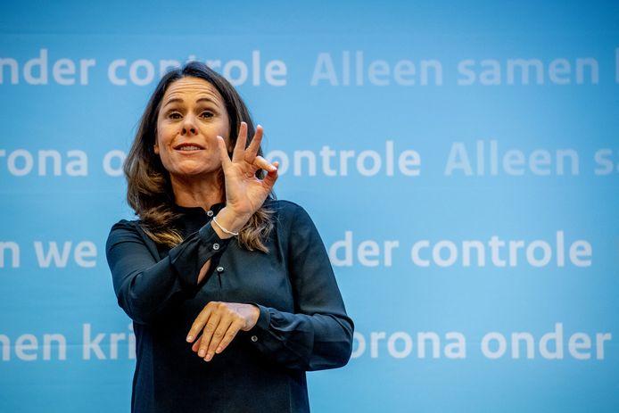 Gebarentolk Irma Sluis voorafgaand aan een van de corona-persconferenties.