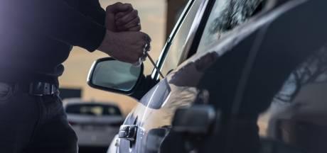 Inbrekers in Uden nemen geen genoegen met woninginbraak en stelen ook twee auto's