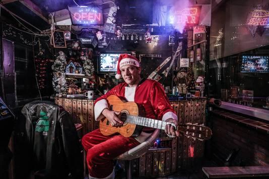 Dennis de Kerstman in zijn kerstkroeg.