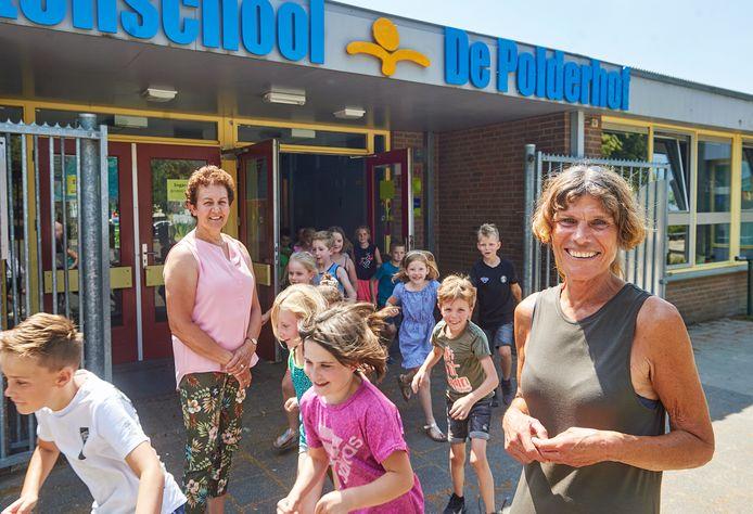 De juffen Thea Ceelen (links) en Jeanette van Beek nemen afscheid van basisschool Polderhof in Oss.