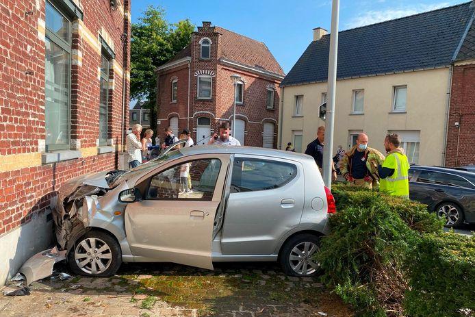 De wagen van de vrouw kwam tegenover café Miranda klem te zitten tussen een huisgevel en een verlichtingspaal.
