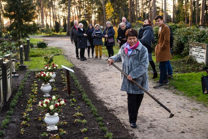 Wil Robbers schoffelt de graven in Haaksbergen nog een beetje aan. Het zijn nu aangemerkt als een monument waardoor ze niet meer geruimd kunnen worden.