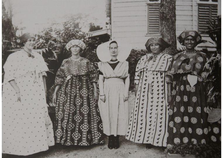 Koto's en Zeeuwse klederdracht in Paramaribo, rond 1900. Beeld Het Klederdrachtmuseum