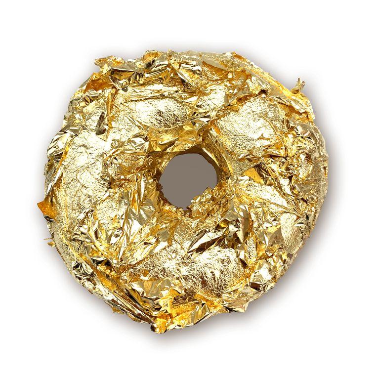 Eetbare (!) donut met bladgoud. Doos van 6 stuks op aanvraag, € 299. dunkindonuts.nl. Beeld null