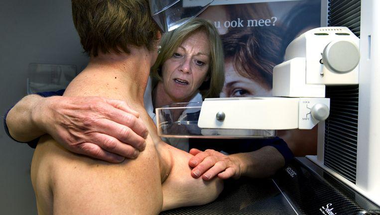 Een vrouw laat een mammografie maken van haar borsten in de onderzoeksunit van de Stichting Bevolkingsonderzoek Borstkanker in Rotterdam. © anp Beeld