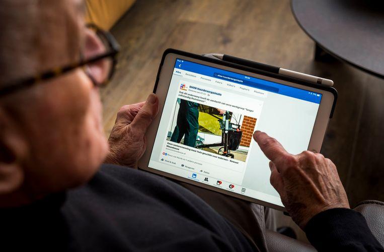 Een oudere man gebruikt een iPad.  Beeld Hollandse Hoogte /  ANP