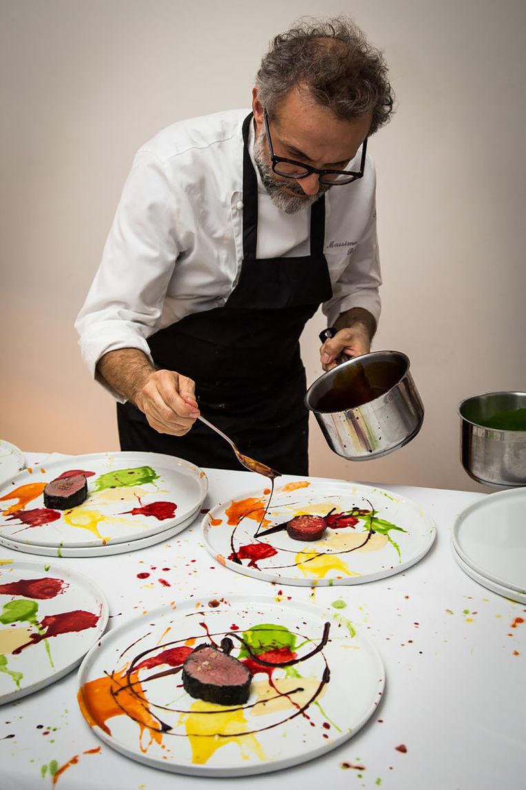 'Het gaat niet zozeer meer om het koken zelf. Het gaat om het samenzijn. We zetten ons huis open en zeggen: 'Als wij het kunnen, kunnen jullie het ook'.' Beeld RV Massimo Bottura