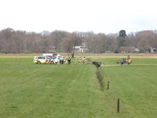 Dode in weiland bij Dalfsen; landbouwvoertuig ligt op zijkant in sloot