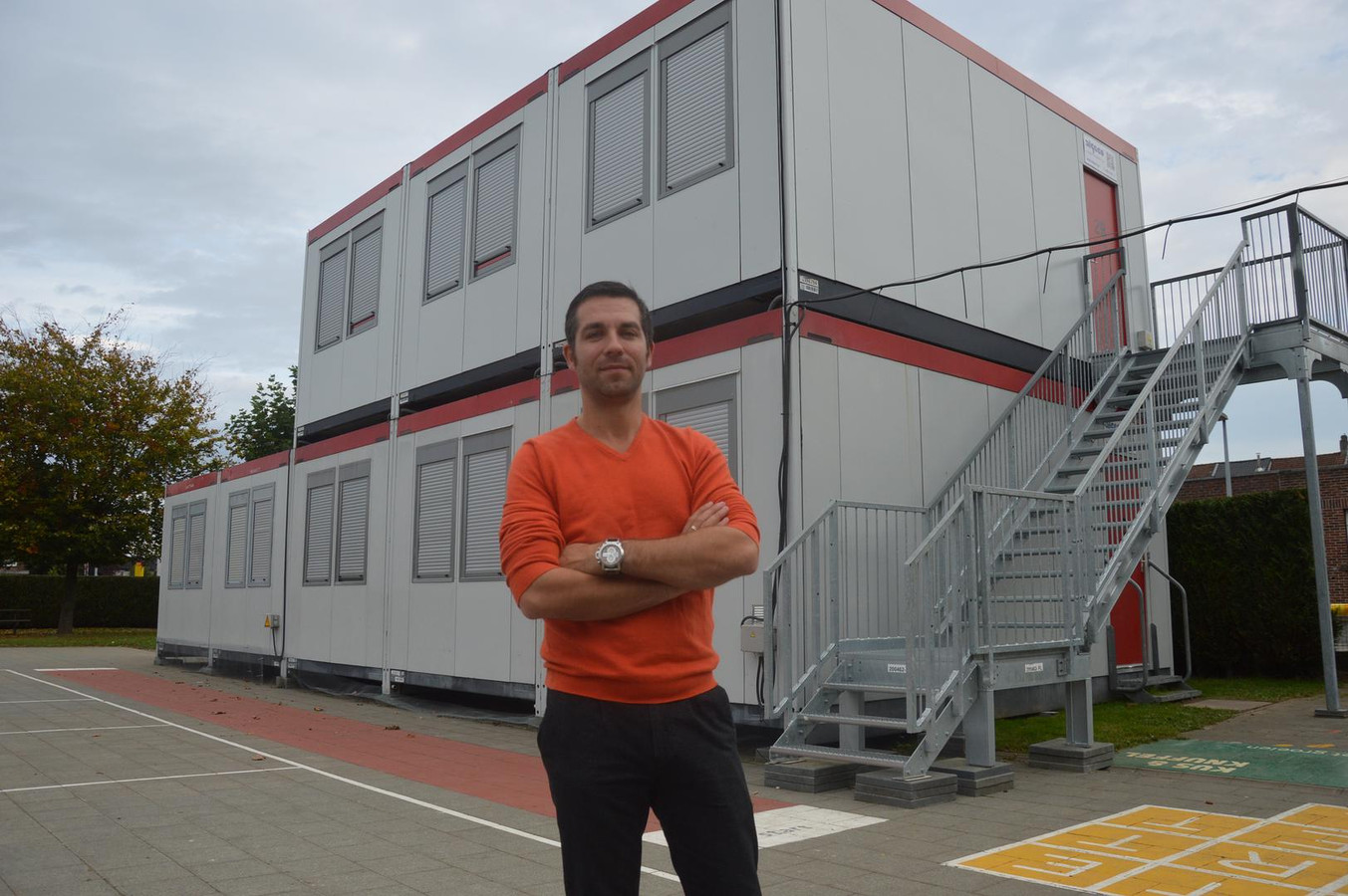 Directeur Joeri Van den Driessche bij de containerklassen van De Letttertuin.