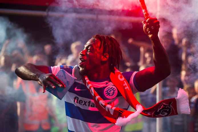 De Graafschap-verdediger Myenty Abena viert feest na de promotie.