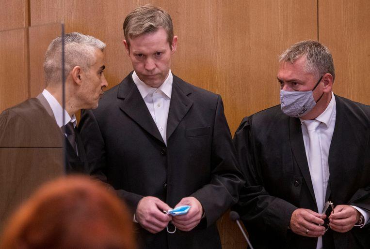 Stephan Ernst (m.) met zijn advocaten Mustafa Kaplan (l.) en Frank Henning in de rechtszaal.  Beeld REUTERS