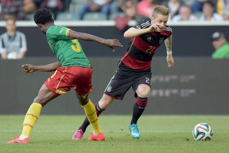 Marco Reus (rechts) namens Duitsland in actie tegen Kameroen. Beeld EPA