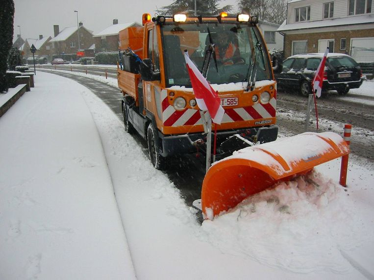 Sneeuwruimers maken de weg vrij in Brugge.