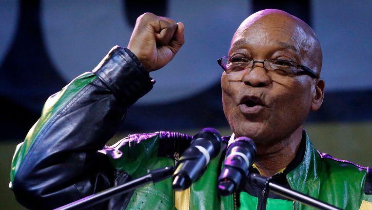 President Jacob Zuma spreekt zijn supporters toe na de overwinning van het ANC. Beeld REUTERS