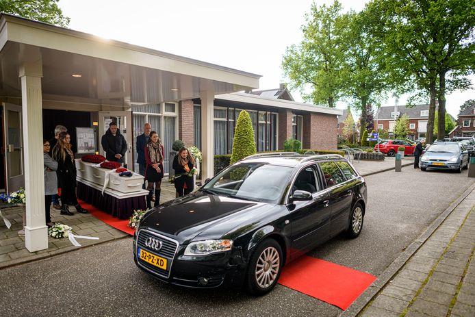 De condoleance drive-through voor Fabian Puddu trok honderden mensen naar het uitvaartcentrum in Enschede.