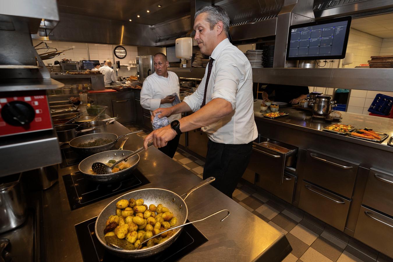 Omdat hij niet aan personeel kan komen, draait hotelbaas Rick Polman van Van der Valk Hotel Eindhoven de laatste tijd zelf mee in de keuken van het restaurant.