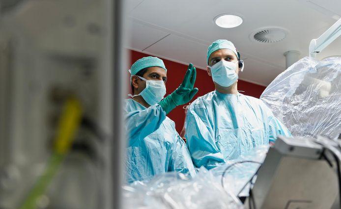 Dr. Tom De Potter (rechts) behandelde de eerste patiënt ter wereld met QDot Micro¿-katheter.