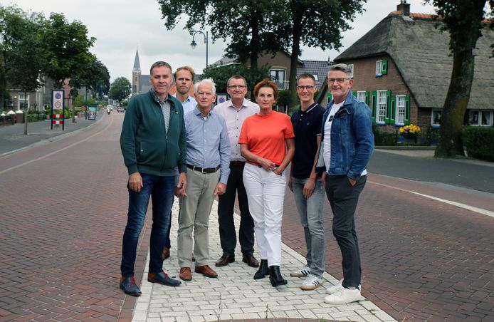 Het bestuur en de projectleiders van de Stichting Staphorst Recreatie en Toerisme. Uiterst rechts de twee projectleiders: Jakob Ponstein en Evert Slager (helemaal rechts).