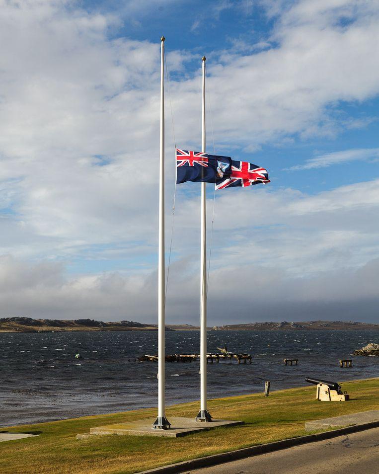 De vlaggen in Stanley hangen halfstok Beeld Peter Lipton