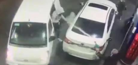 Automobilist verjaagt overvallers tankstation op spectaculaire manier