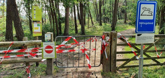 Ondanks deze hekken liepen mensen toch het bos in.