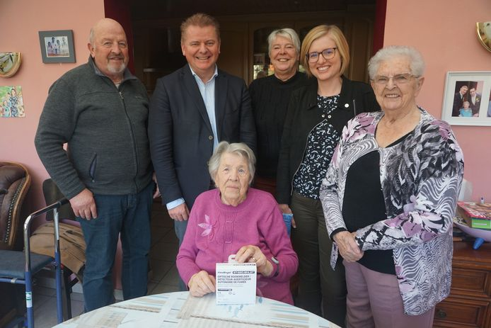OUDENBURG - Maria Sentij (zittend) kreeg als oudste nog thuiswonende inwoner een rookmelder cadeau