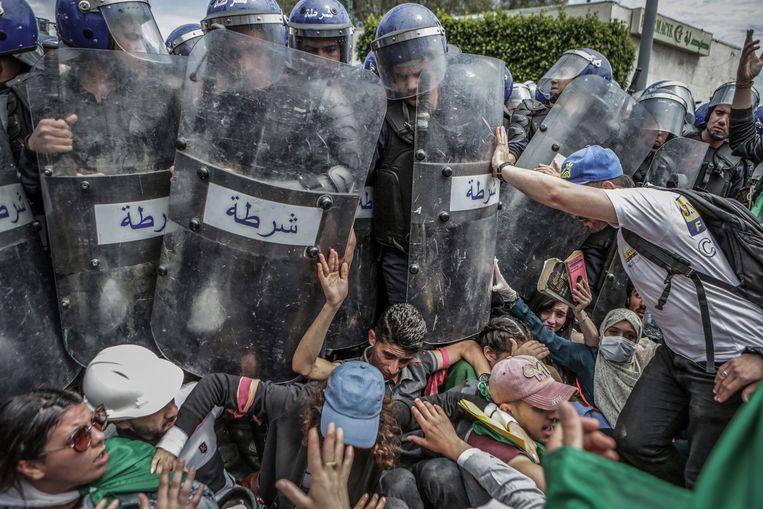 Studenten vechten met de politie tijdens een demonstratie tegen de regering in Algiers, (Algerije). Deze foto werd de beste foto in de categorie 'Spot News', gemaakt door de fotograaf Farouk Batiche. Beeld EPA