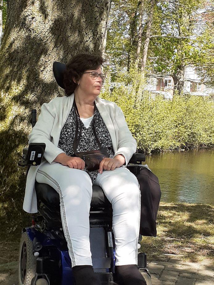 Douwkje Klimstra enkele maanden voor haar overlijden in de tuin bij Het Meulenbelt: