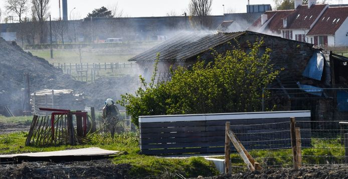In de oude, verlaten woning in Schorredijk brak woensdagnamiddag brand uit.