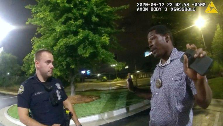 Rayshard Brooks in gesprek met Garrett Rolfe op een parkeerplaats in Atlanta. Beeld AP