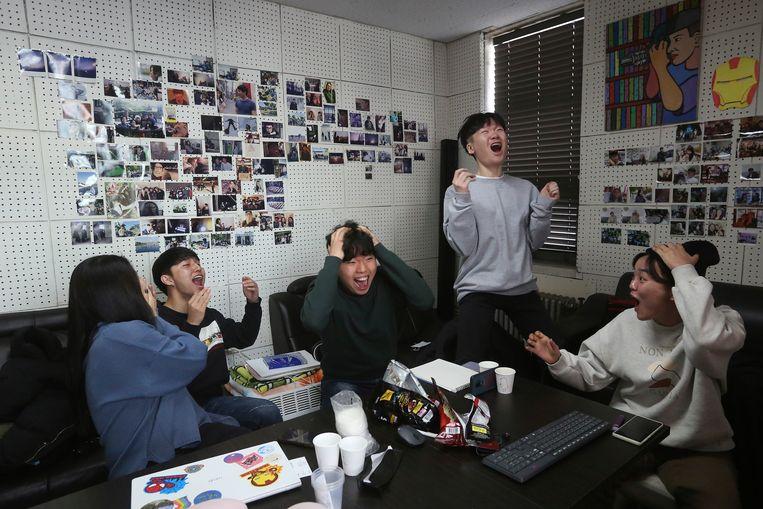 Filmliefhebbers gaan uit hun dak als ze live zien dat de Zuid-Koreaanse film Parasite de Oscar voor beste film wint. Beeld AP