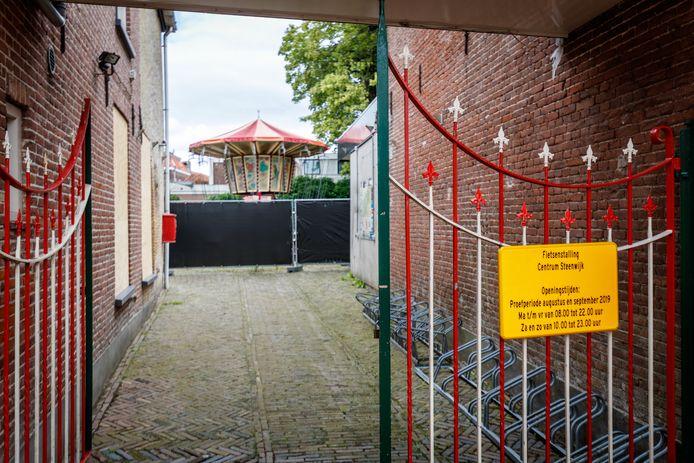 Een lege fietsenstalling bij het kermis- en circusmuseum in Steenwijk. De stalling is een proef in de maanden augustus en september.