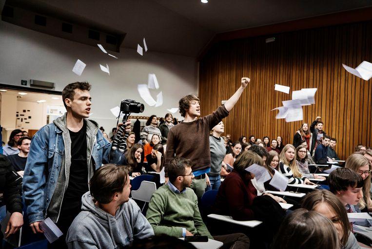 Net voor de voordracht van De Soto zong een groep studenten een protestlied in het Spaans, en gooide pamfletten. Beeld Eric de Mildt