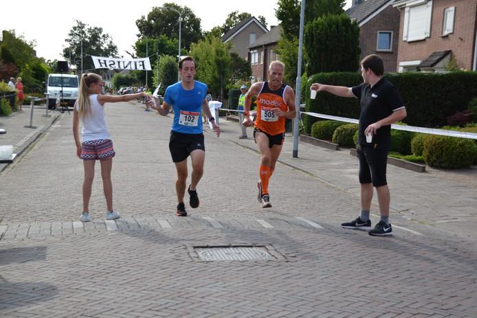 THOR-atleet Alexander Siemons (links) en Kees Lazeroms (Achilles) komen samen door in de Kermisloop Heerle.