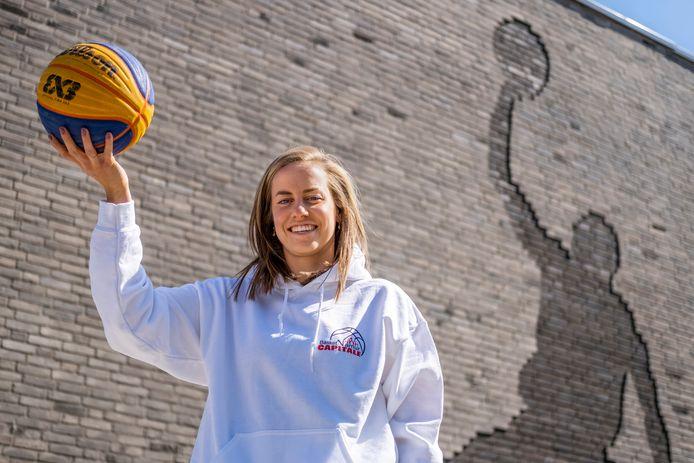 Jacobine Klerx bij de school aan de Mendelssohnstraat  in Waalwijk met achter haar het silhouet van basketballer  Michael Jordan in de muur.
