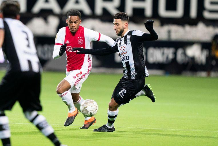 Jurriën Timber in duel met Ismail Azzaoui van Heracles. Beeld Pro Shots / Jasper Ruhe