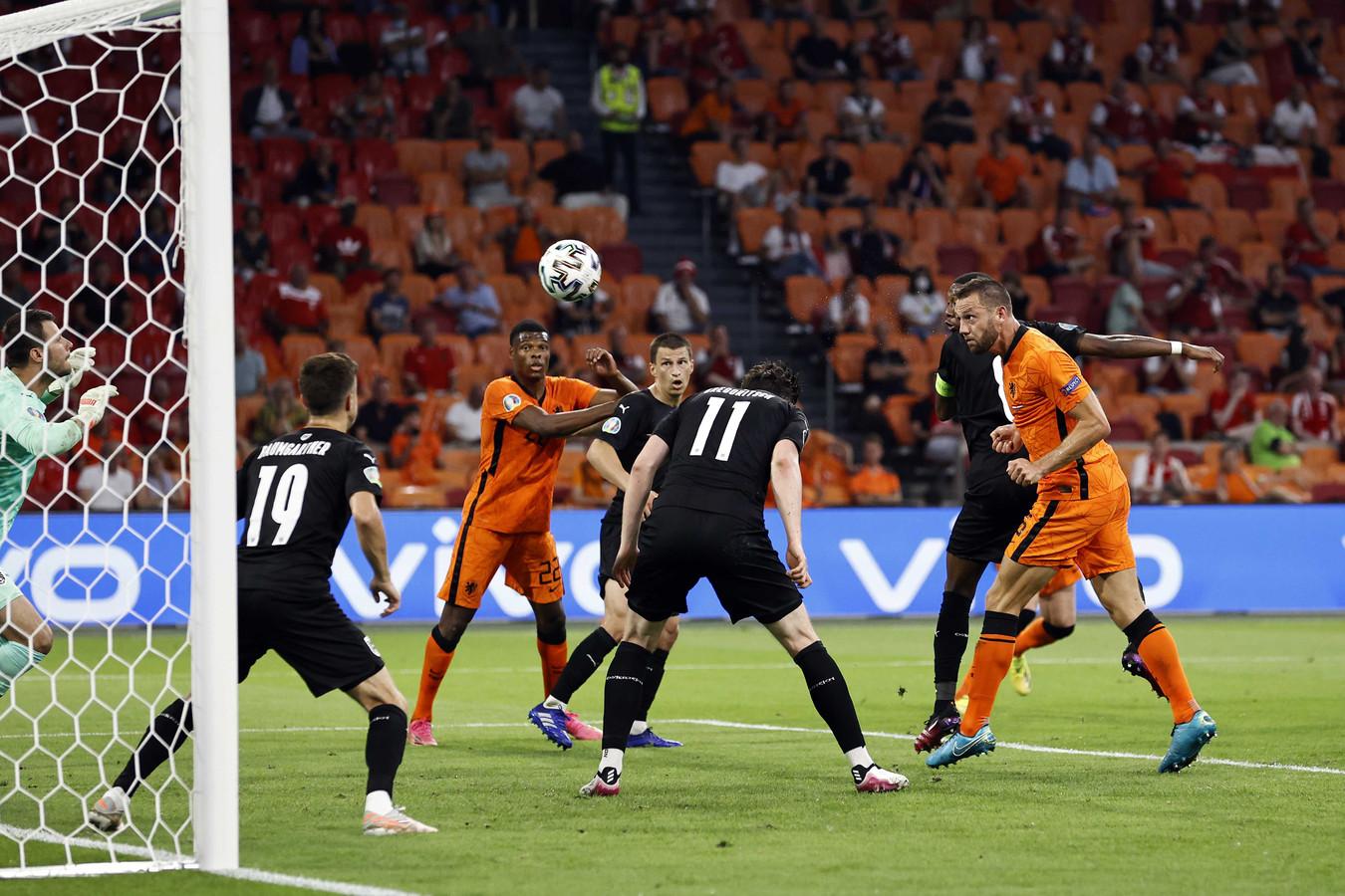 Stefan de Vrij (rechts) is tijdens het duel met Oostenrijk dicht bij de 2-0. Zijn inzet zal gekeerd worden door doelman Daniel Bachmann.